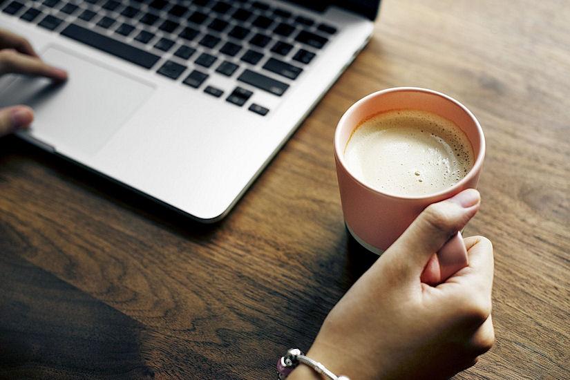 laptop kava šalica
