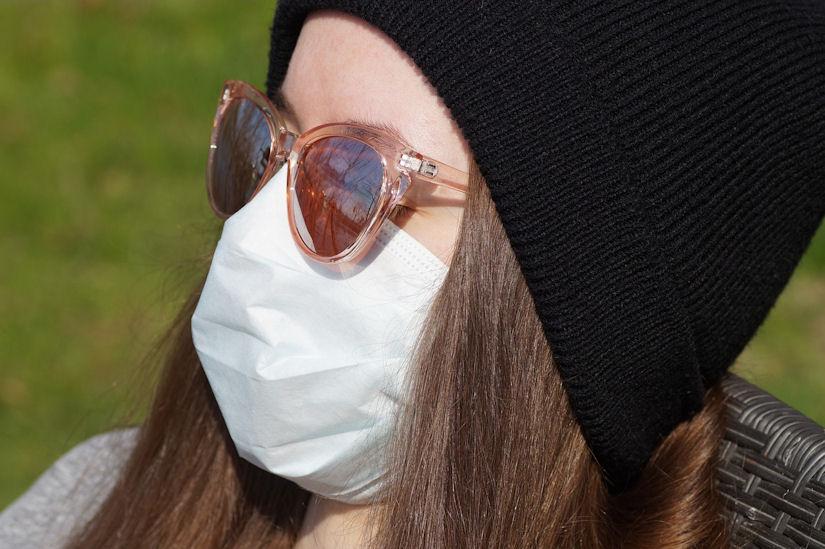 koronavirus maska djevojka