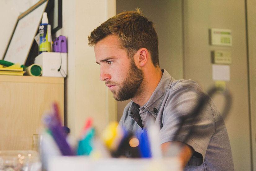posao muškarac laptop