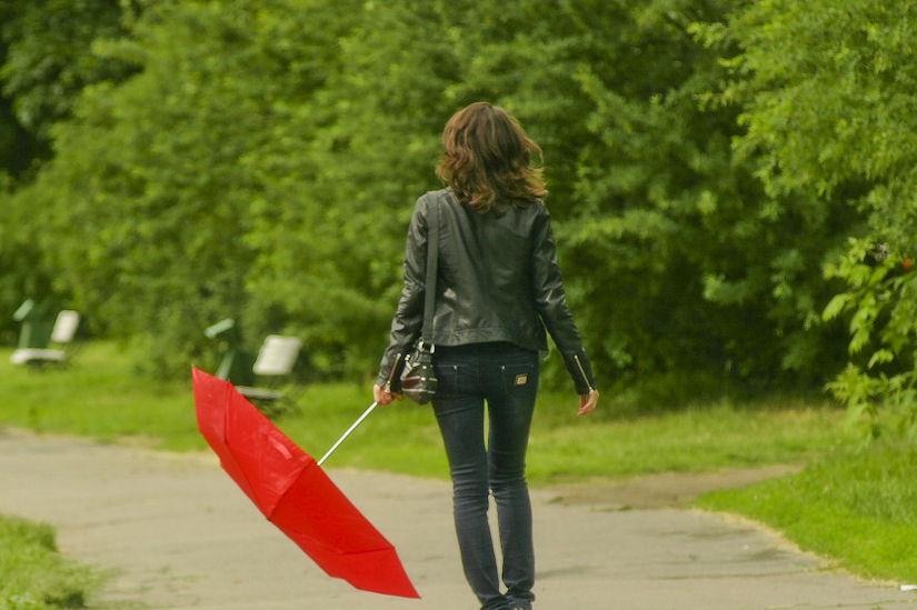 djevojka kišobran suho sunčano