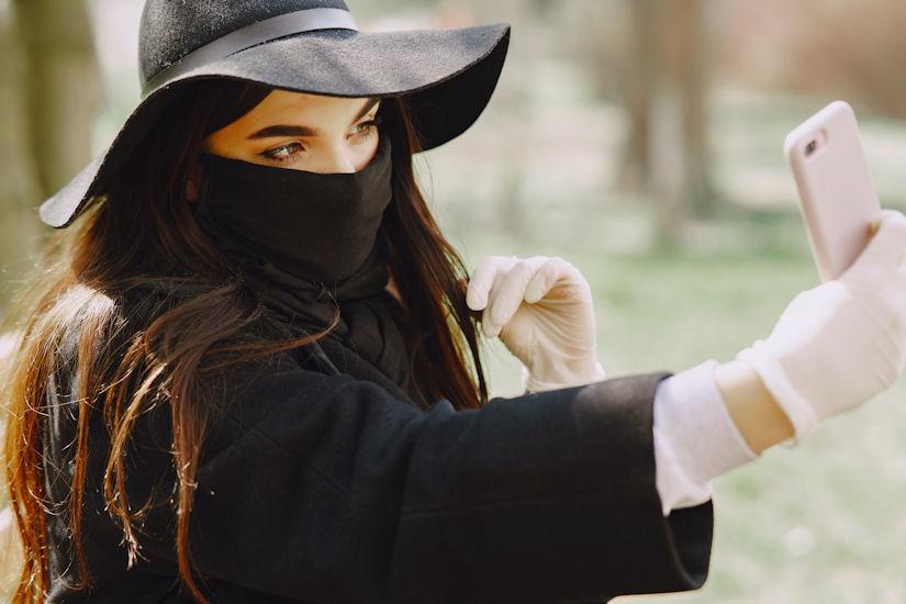 djevojka mobitel maska pexels-gustavo-fring